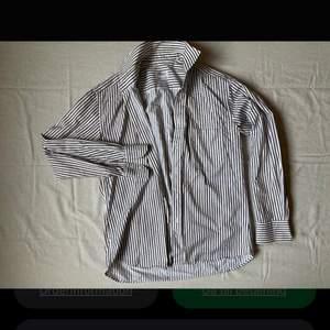 Vit&blå randig sommarskjorta från Stenstrand.  Skjortan är XL men mer som en L. Nyskick!!