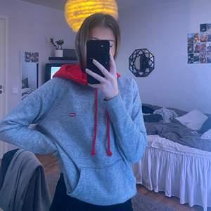 En helt oanvänd hoodie från levi's, jätteskön, nypris ligger på 699kr och mitt pris är 400kr (priset kan diskuteras), frakt tillkommer! 🤍