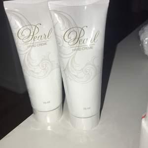 Pearl handkräm som återfuktar och inte klibbar sig! 2 stycken för 100 pris kan diskuteras vid snabbt köp