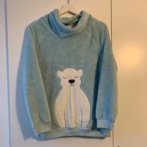 Mycket mjuk, söt och varm blå sweatshirt med isbjörn. Storlek M