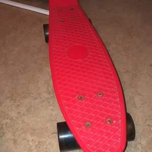 Fin skateboard har lite smutsiga hjul, hjulen lyser när dom rullars, kan träffas i Liljeholmen eller Skärholmen❤️