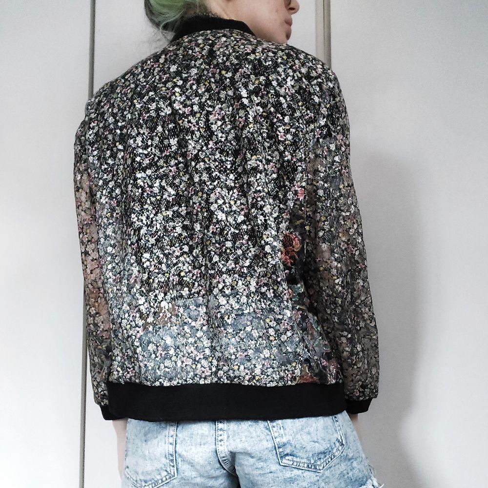 Genomskinlig bombarjacka från Zara 😍🥰 Hela jackan är i blommönstrat meshaktigt tyg förutom dom bläcksvarta muddarna 😍 Ryggen är i samma tyg som ärmarna hihi 🌼 Storlek S 50kr. Jackor.