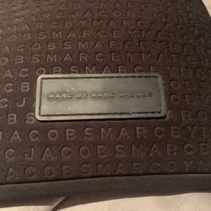 Ipad skal från Marc Jacobs i färgen svart. Har används en del men är ändå i hyfsat bra skick! Äkta saknar dock kvitto. Ett skal för en mini iPad, skriv privat för mått. Pris kan diskuteras