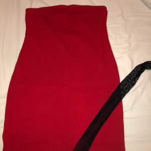 Super snygg klänning från H&M andvändt 1 gång, jätte fin och framhäver höfter och ben väldigt fint 😍 köpte för 100 kr!!! Passar många storlekar är själv M och passar mig super bra!