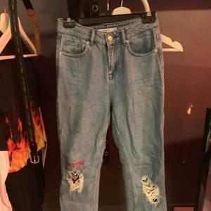 Fina mom jeans från na-kd. En liten del av texten är borta men inget man tänker på. Passar xs-s