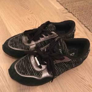 Skor från DKNY. Fått/ärvt av släkting, har ej kunnat använda dem pga för små. Ser oanvända ut, luktar ingenting. Upplever dem ändå som lite slitna på något sätt, förstår dock inte hur.