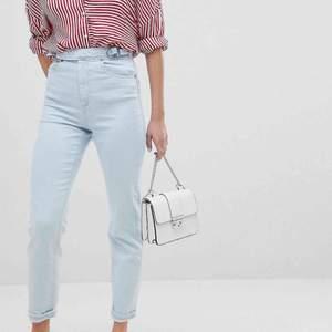 Sten tvättade savannah-stil jeans i mom-modell från asos. Dom har hög midja, smal passform och är super-stretch! Så dom sitter bra! Älskar knäppningen på dom. Aldrig använda så de är i bra skick. Orginalpris: 166kr.