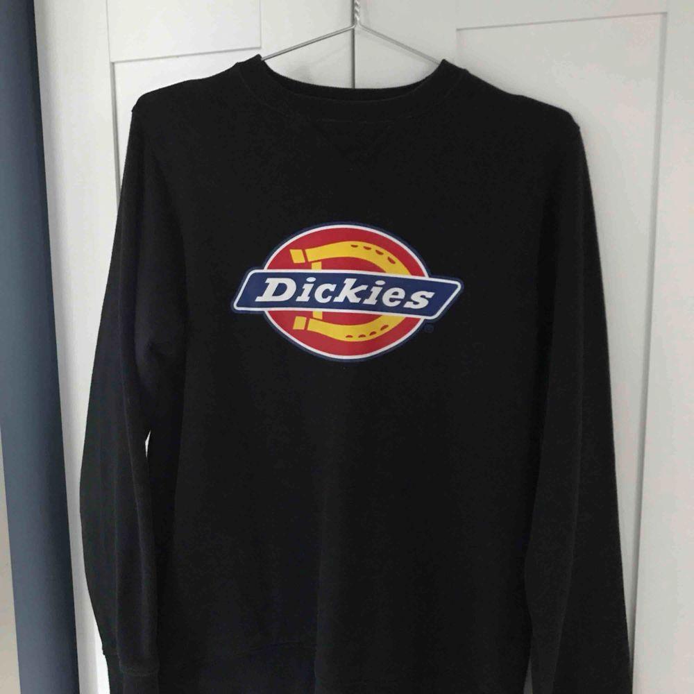dickies sweather i nyskick, köpt här på plick men används inte tillräckligt ofta... :(. Tröjor & Koftor.