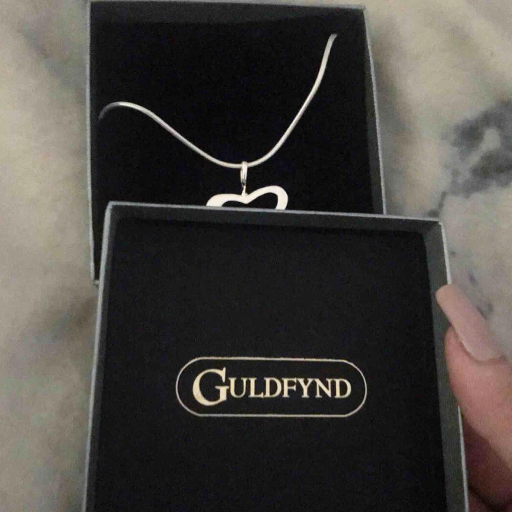 Jättefint halsband som aldrig är använt!! Köpt på guldfynd och märket är Sahara. Nypris 850kr, jag säljer för endast 500kr 🤩 Perfekt present att ge bort till någon eller unna sig själv något fint 🥰. Accessoarer.