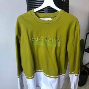 Daily Paper tröja som inte längre säljs. Använd fåtal gånger. Jätte fint skick. Herr storlek S.