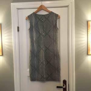 En fin groovy klänning med kul mönster och glitter