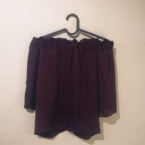 Offshoulder top i vinrött, silkenslätt tyg med vida armar som faller fint.  Köparen betalar eventuell frakt ✨