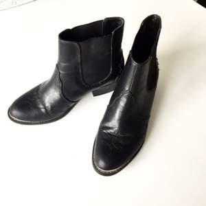 🌻Snygga kängor i äkta läder. Nästan lite westernstuk med de insydda detaljerna och formen på själva skon . Sparsamt använda. Ena skon har en lite ljusare fläck som jag inte lyckats få bort. Syns på bild nr 2. Vid frakt tillkommer 60 kr 🌻