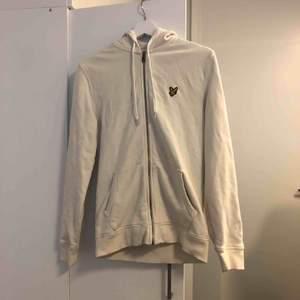 Lyle&Scott zip up hoodie, inga flaws eller nåt. Ser ut som ny o är använd bara några fåtal gånger