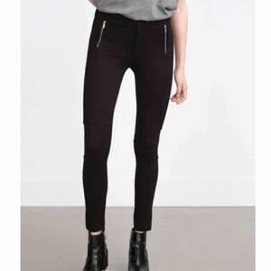 • Svarta slacks från Zara •  Dekorativa dragkedjor i fram, stretchiga och superfina, säljer då jag har ett par liknande  70 kr + frakt