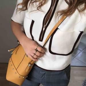 Gul snygg väska från Zara. Perfekt för att lysa på en våroutfit