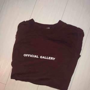 Tröja från Official Gallery (kollektionen från 2016) nypris 700. Sparsamt använd, kan skicka fler bilder om så önskas. Vinröd i färgen.