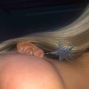 Intressekoll! Stjärnörhängen från claire's köpta för länge länge sen, knappt använda. ( frakt 20kr typ annars kan jag skicka i ett kuvert)