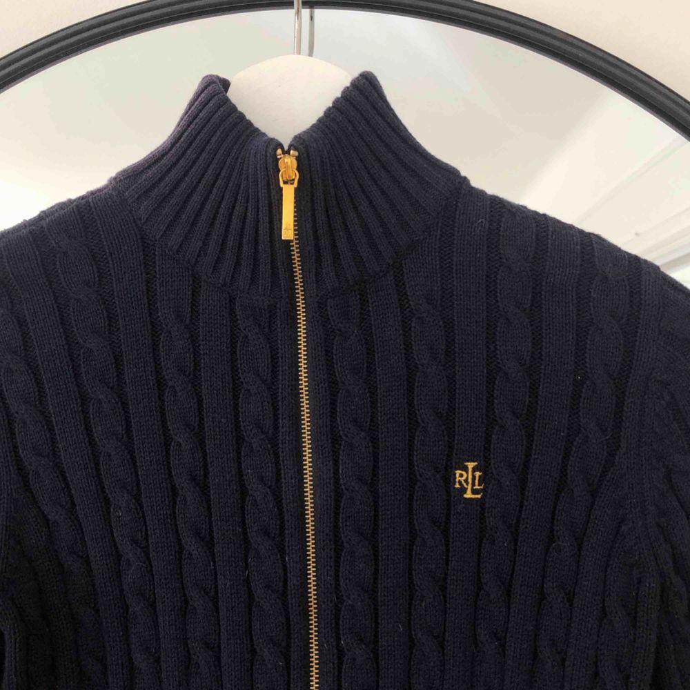Kabelstickad marinblå Ralph Lauren tröja med gulddragkedja. Mycket bekväm och sparsamt använd. 🌞. Tröjor & Koftor.
