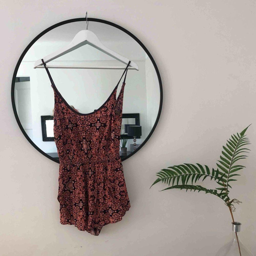 Vacker byxdress med små blommönster köpt på Urban Outfitters i NYC 🌞❤️ liten slits vid byxan. Klänningar.