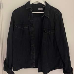 Superfin grå/urtvättad skjorta från Levis. Storlek M! Säljer pga att den är för stor tyvärr :/ 80kr + frakt 🌱