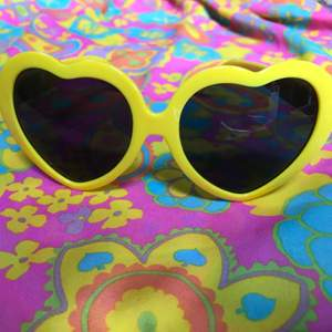 Poppiga gula solglasögon! Nyproducerade, köpa för 5-6år sedan. Bra skick, använda någon gång bara. 🌻Priset är 100kr inkl frakt - betalning med swish. 🌻