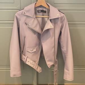 Pastell lila skinnjacka från Zara