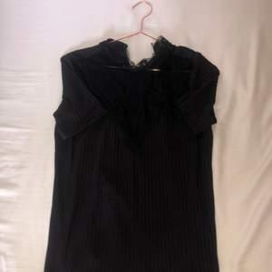 Här är en väldigt fin svart t-shirt från Y.A.S💞 Helt oanvänd och i fint skick, den är svart med lite ribbning och har väldigt fina spetsdetaljer överst💞 Storlek S men passar xs också,om ni vill ha fler bilder säg bara till😚