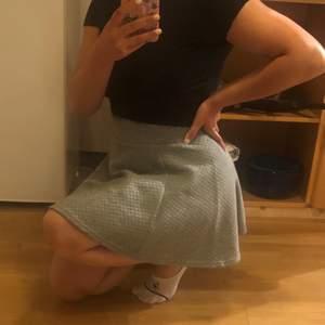 En grå kjol från H&M köpt flera år sen men aldrig använt så nu säljes den. Köpare står för frakt
