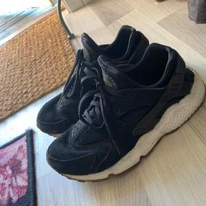 Riktigt snygga & bekväma Nike skor, tyvärr kommer dom inte till användning längre! De är lite slitna i innersulan, men i väldigt gott skick annars!! Är strl 39 men de är små i storleken, passar mig med 37/38
