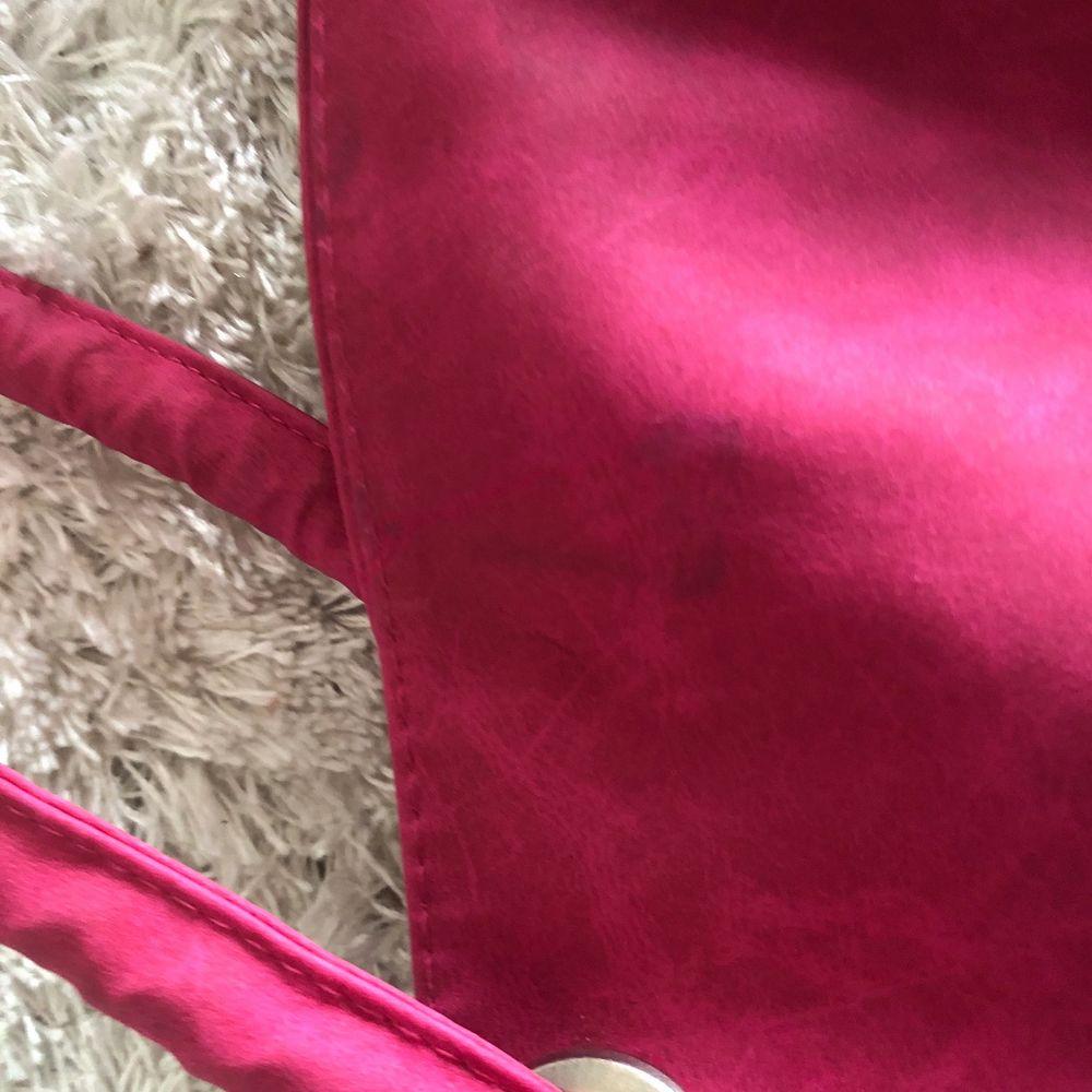 Rosa väska. Bra skick men en liten fläck bak på väskan som ni ser på bilden frakt 100kr. Väskor.