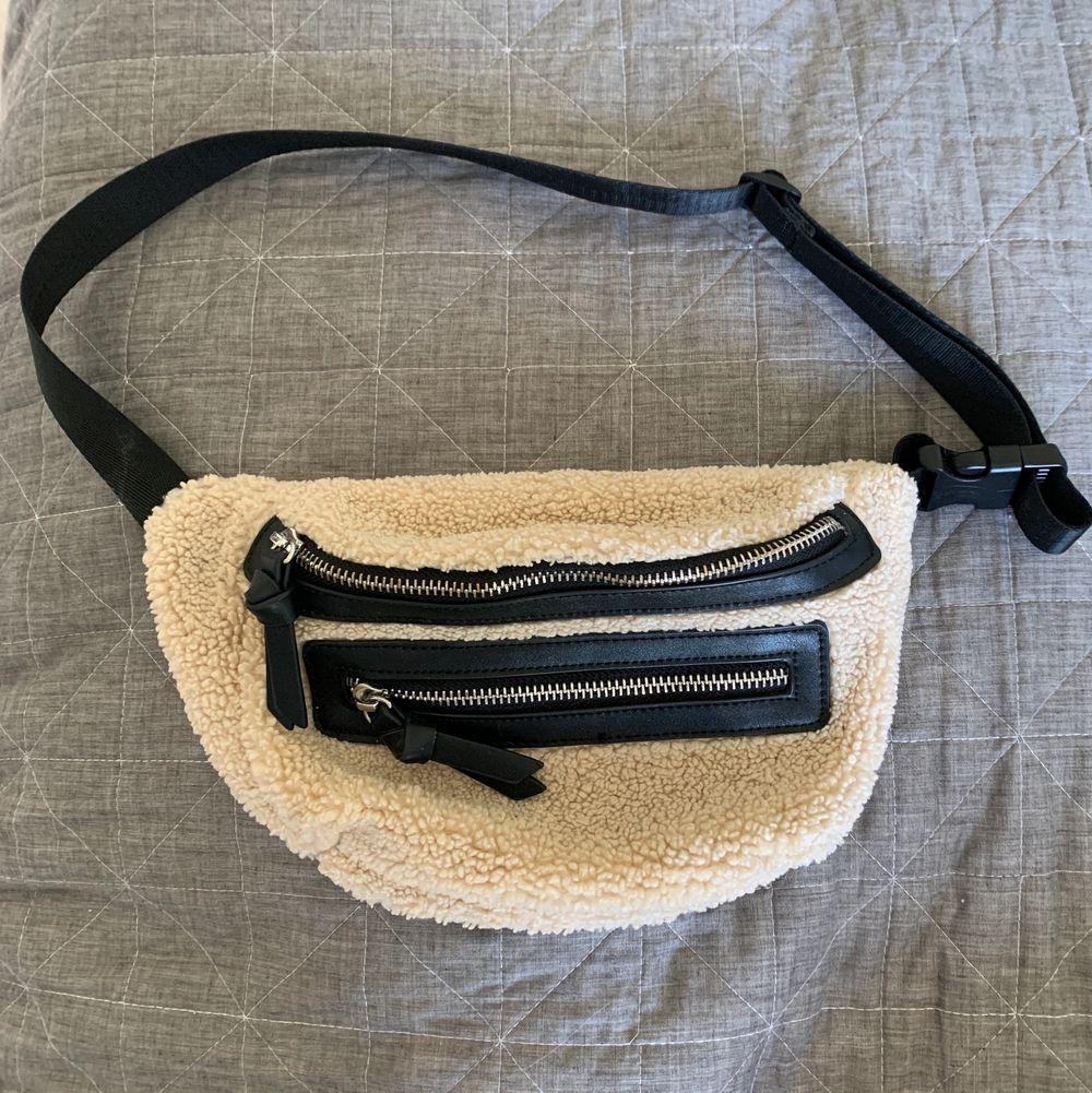 Beige midjeväska med svarta detaljer, köpt i USA. Superbra skick, endast använd ett fåtal ggr! . Väskor.
