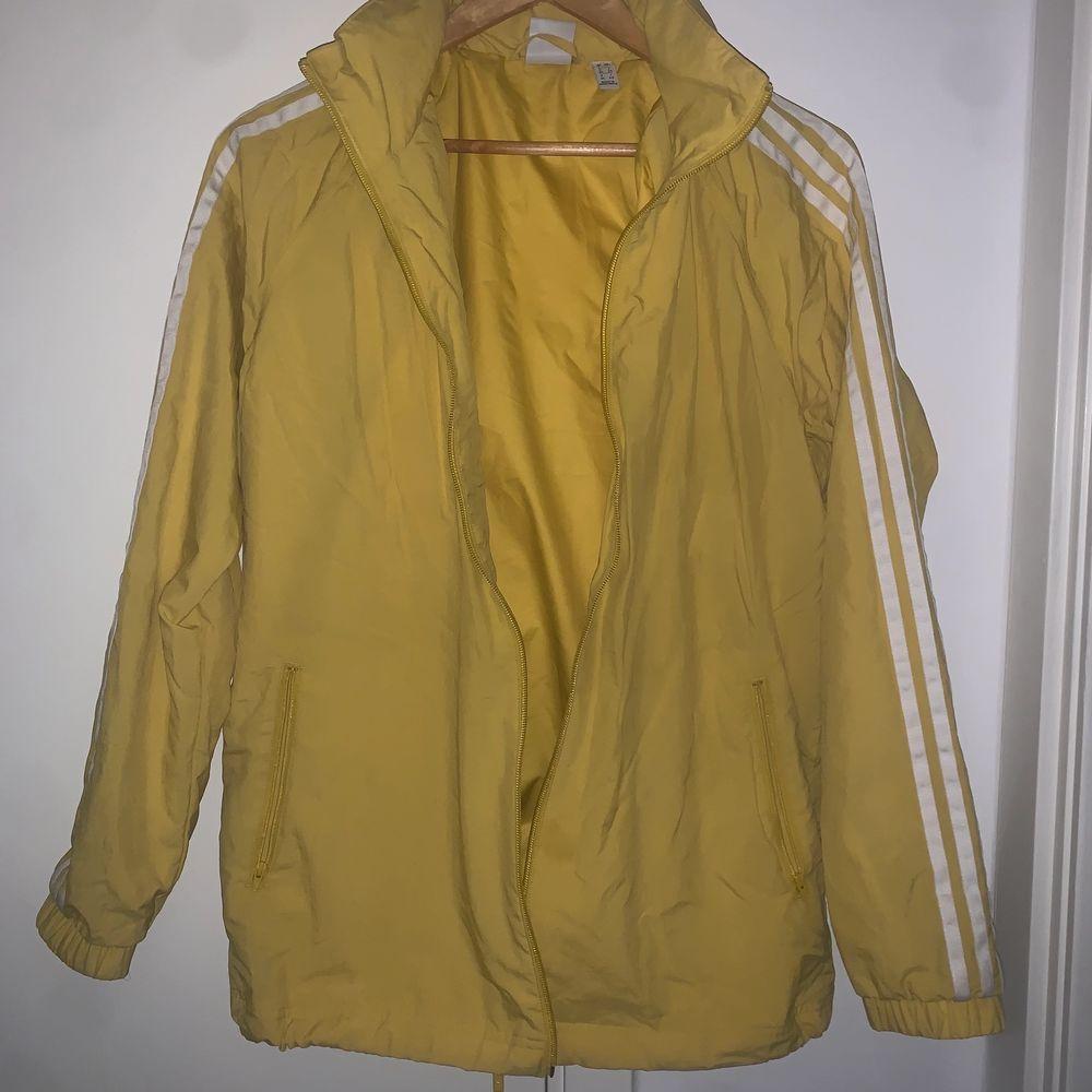 Säljer min jacka , den är i bra skick knappt använd . Jackor.