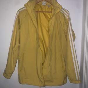 Säljer min jacka , den är i bra skick knappt använd