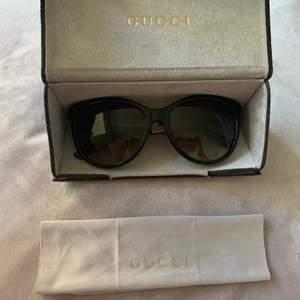 Säljer mina nästintill oanvända solglasögon från Gucci, ONE SIZE. Inga repor, fodral tillkommer. Kvitto finns inte, men äkthet ska kunna bekräftas butik. Dem är slutsålda så de finns inte att få tag på längre! Kan gå ner i pris vid snabb affär! 🌸