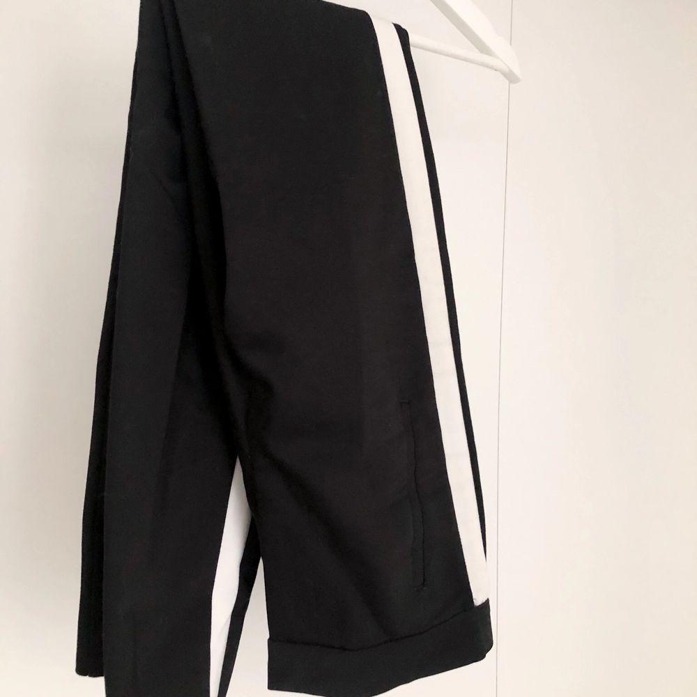 Kostymbyxor svarta med detalj längs sidorna. De är ifrån Zara och är i storlek xs/s. Skriv till mig för mer info/bilder💞. Jeans & Byxor.