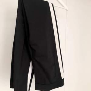 Kostymbyxor svarta med detalj längs sidorna. De är ifrån Zara och är i storlek xs/s. Skriv till mig för mer info/bilder💞