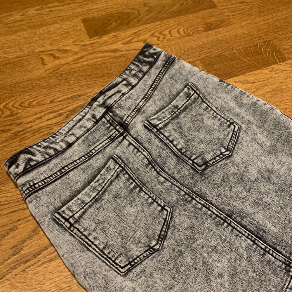 Knappt använd kjol från NewYorker med knytning. Strl S. Du som kund säger ett pris som känns rimligt att betala! Skriv för fler bilder eller frågor!. Kjolar.