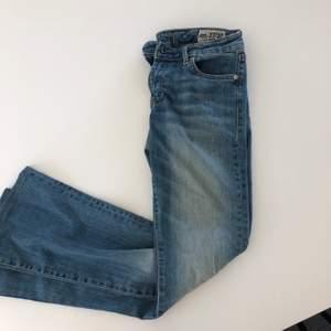 Bootcut jeans från märket crocker, superfin tvätt men dem har tyvärr blivit för stora och därför säljer jag dem. Jättefin passform på dem 💖 Storlek 27/32