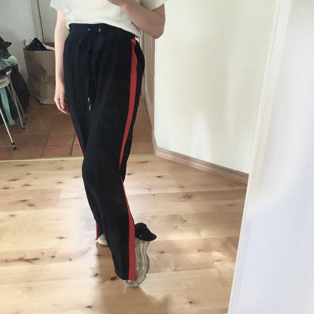 Sköna byxor som liknar träningsbyxor med slits längst ner. SÅ FINA, men använder de för lite. Är nästan oanvända, i mycket bra skick!! Strl 38 från H&M, jag har haft de som oversize (har vanligtvis 34). 70 kr + frakt (44 kr). Samfraktar självklart!. Jeans & Byxor.