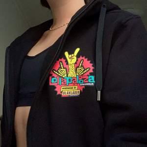 INTESSEKOLL! Jobbade på lollapalooza förra sommaren och fick då denna, den går alltså inte att köpa. Undrar om någon där ute hade varit intresserad av att köpa den, eftersom jag ändå har så många andra hoodies jag använder!