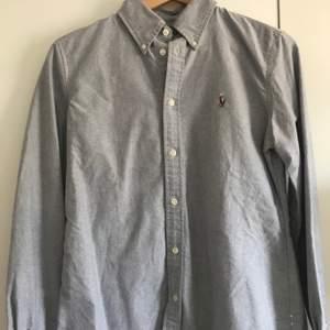 helt ny Ralph lauren skjorta i bra skick använd typ 1-2 gånger. Äkta. köpare står för frakten