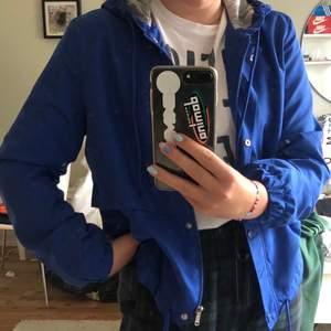 Säljer min snygga sommar jacka från h&m. Haft den i ca 1 år men aldrig använt för att den är för liten. Den har en riktigt härlig blå färg(lite ljusare än på bilden)💙💙 Passar perfekt till sommarkvällar!!