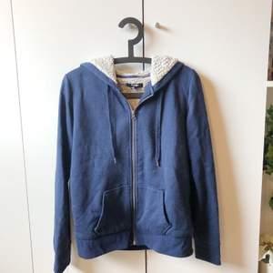 mörkblå hoodie med dragkedja och fleece på insidan, otroligt mysig. storlek L