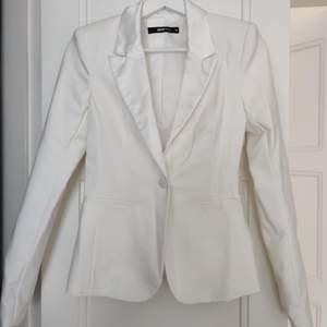 Kavaj från Gina tricot i créme vit färg , använd vid ett tillfälle, i strl 34• köparen står för frakt  • Jag ansvarar ej för postens eventuella slarv.