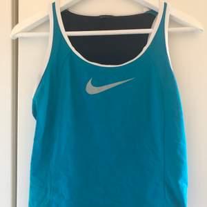 Blått träningslinne från Nike motsvarande stl S. Skickas mot fraktkostnad 44 kr.