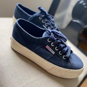 Marinblå superga skor. Använda endast en gång så de är som nya. Nypris: 599kr💸  GRATIS FRAKT⚡️⚡️