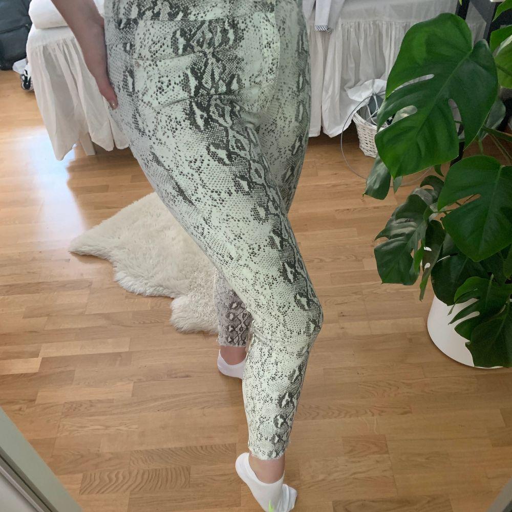Fina jeans med ormprint. Ingen stretch men fin passform. Använd cirka 5 gånger, aningen för kort i benen för mig 178cm. Bjuder på frakt. . Jeans & Byxor.