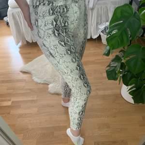 Fina jeans med ormprint. Ingen stretch men fin passform. Använd cirka 5 gånger, aningen för kort i benen för mig 178cm. Bjuder på frakt.