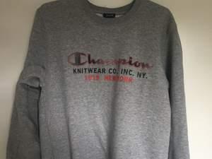 Säljer nu denna snygga sweatshirten som inte har kommit till sin användning. Använt ett fåtal gånger men som nyskick!